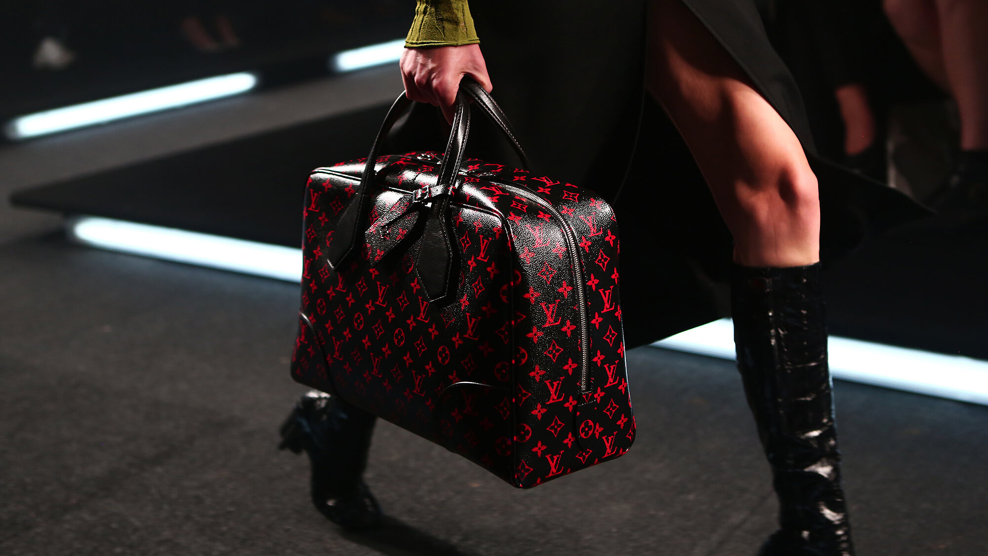 2_louis-vuitton-handbag-at-fashion-show