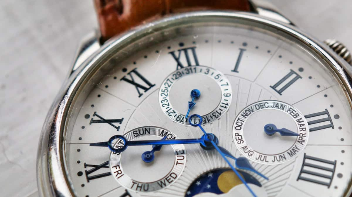 accuracy-analogue-antique-watch