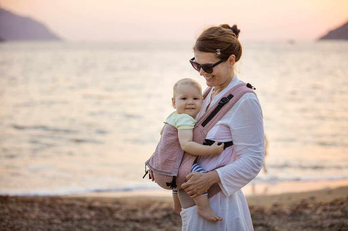 cheerful-caucasian-woman-with-little-daughter