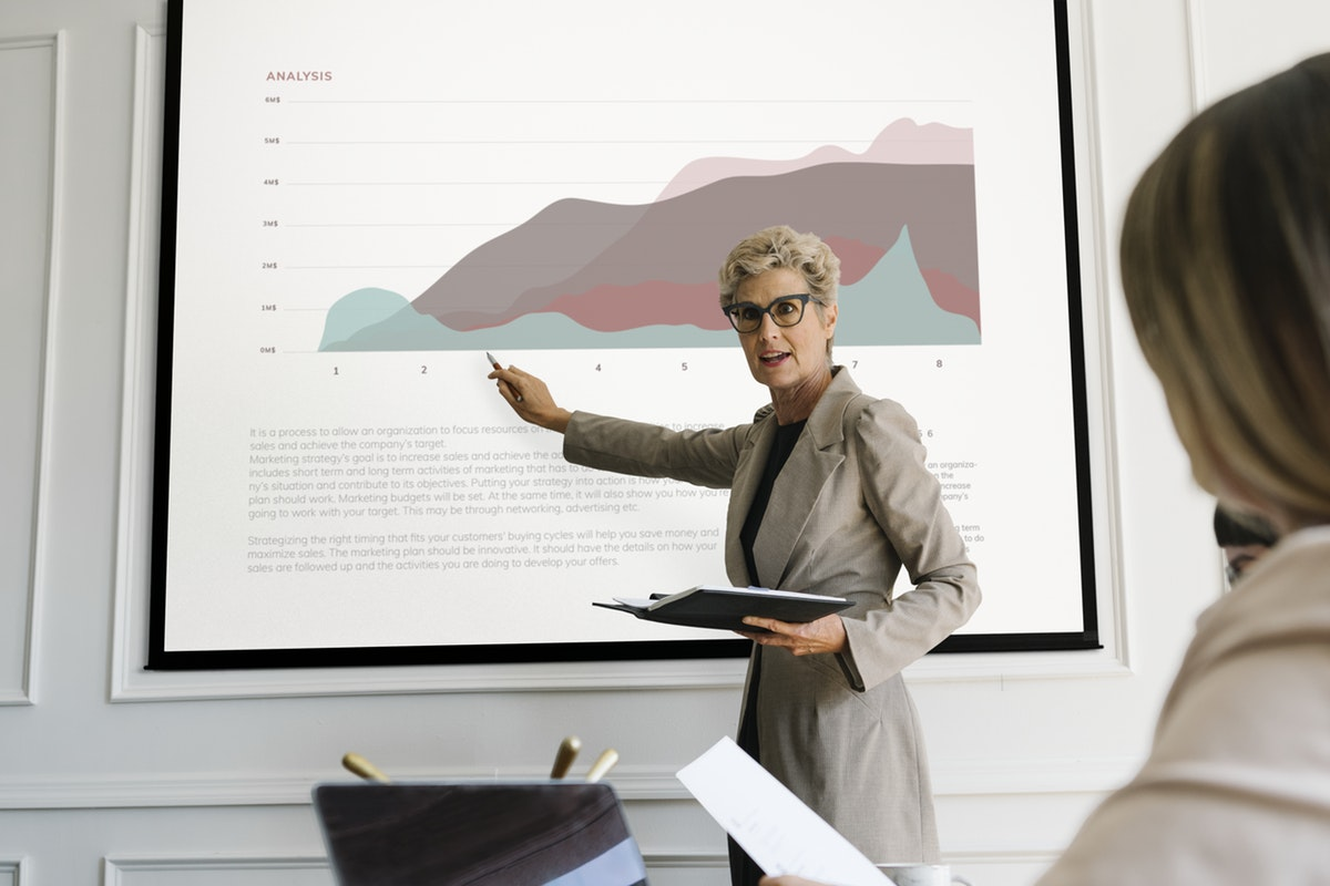 Blonde aged woman giving a presentation