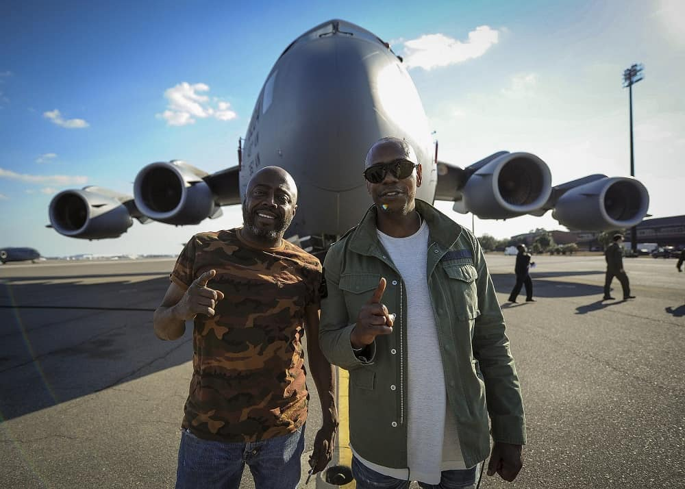 Dave_Chappelle_and_Donnell_Rawlings_stand_in_front_of_a_C-17_Globemaster